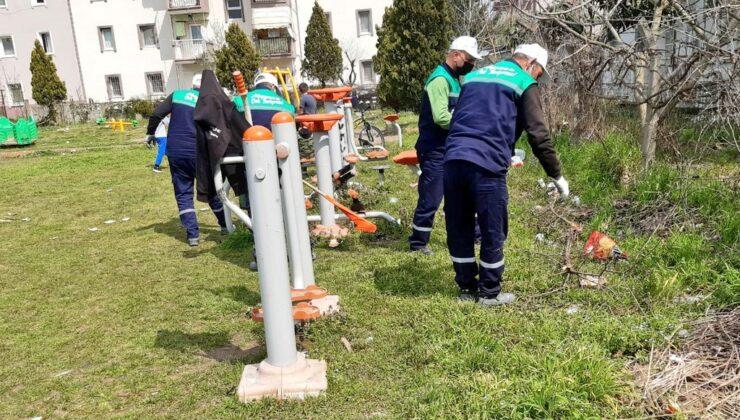 Adapazarı Belediyesi Ekiplerinden Park Temizliği