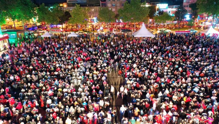 """Sakarya halkı Demokrasi Meydanı'nda 15 Temmuz'u andı """"Destan günü 15 Temmuz'daki gibi; Türkiye geçilmez, geçilemeyecektir"""""""