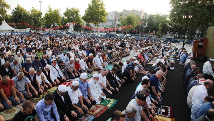 Başkan Yüce: Vatandaşımızla birlikte saf tutup, bayramlaşacağız  Büyükşehir geleneği sürdürüyor, binlerce Sakaryalı meydanda buluşuyor