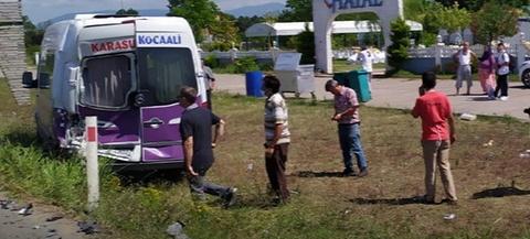Yolcu indiren minibüse arkadan çarptı